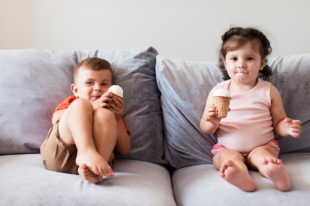 Front view young siblings on the couch Free Photo