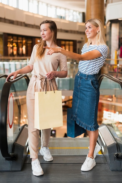 Giovani donne di vista frontale che acquistano insieme Foto Gratuite