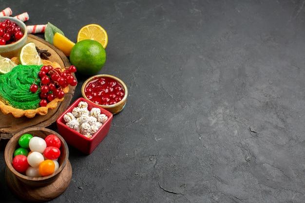 Вкусный кремовый торт с фруктами, вид спереди Бесплатные Фотографии