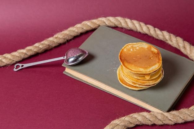 Muffin squisiti vista frontale rotondo formato sul quaderno e sfondo rosa cibo pasto colazione dolce zucchero Foto Gratuite