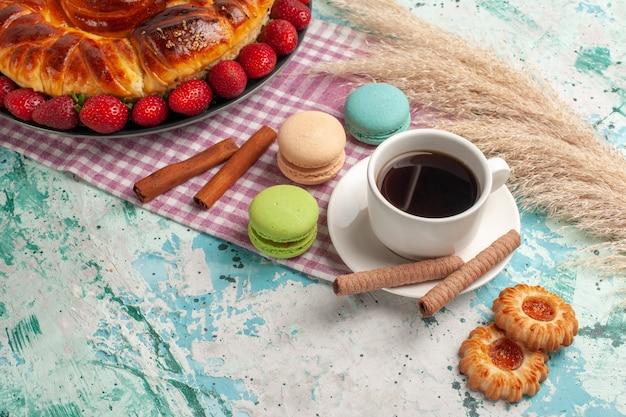 正面図赤いイチゴフレンチマカロンと青い表面にお茶とおいしい甘いパイ 無料写真