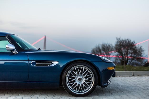 Переднее колесо синего винтажного седана Бесплатные Фотографии