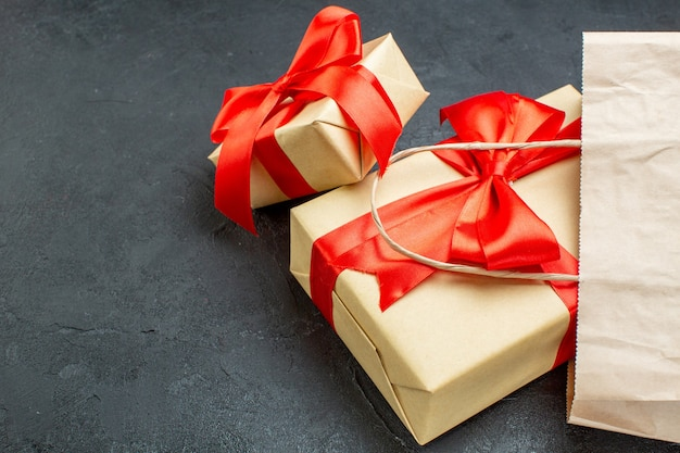 어두운 테이블에 빨간 리본으로 아름다운 선물의 Frontl보기 무료 사진