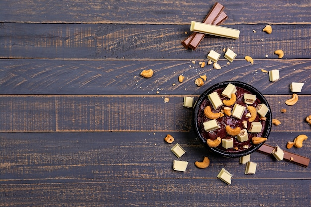 ナッツとチョコレートの冷凍アサイーボウル Premium写真