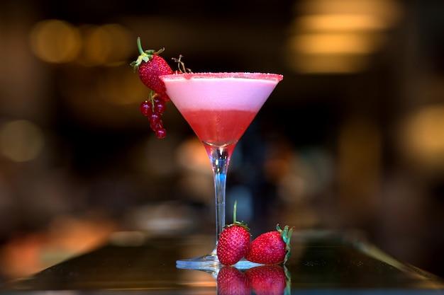 Cocktail di frutta con fragole fresche Foto Gratuite