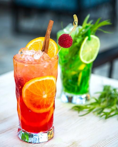 砕いた氷、フルーツスライス、シナモン入りフルーツジュース 無料写真