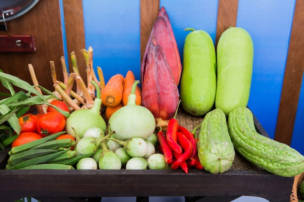 様々なカラフルな新鮮な果物や野菜の果物市場 Premium写真