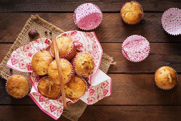 Muffin della frutta con noce moscata e pimento su una tavola di legno Foto Gratuite