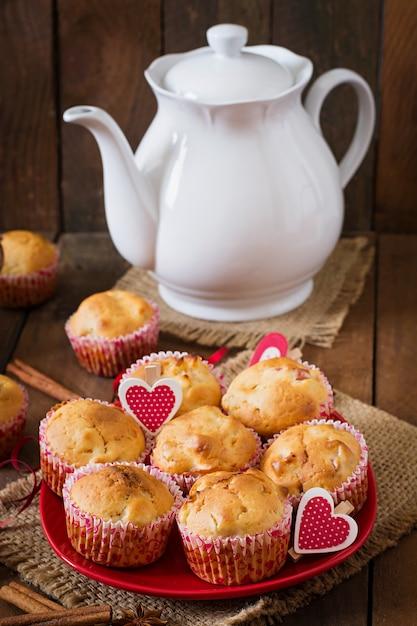 Фруктовые маффины с мускатным орехом и душистым перцем в плетеной корзине на деревянном столе Бесплатные Фотографии