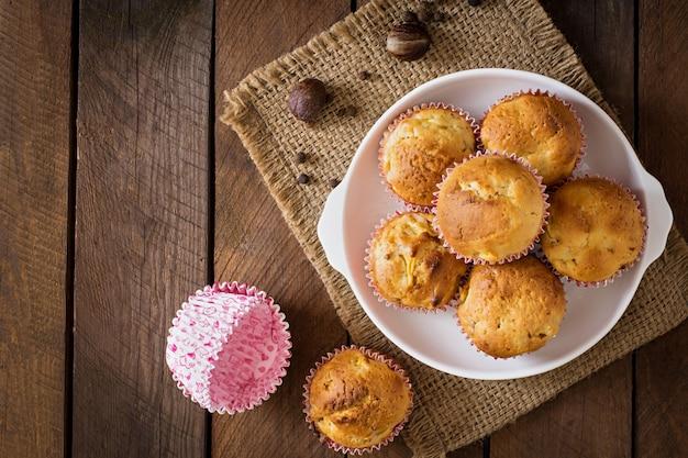 Фруктовые маффины с мускатным орехом и душистым перцем на деревянном столе Бесплатные Фотографии