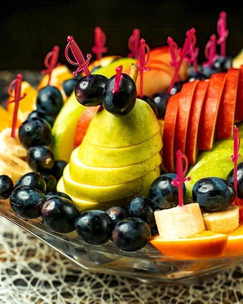 Фруктовый салат с яблоками, апельсинами, бананами, виноградом и грушами Бесплатные Фотографии