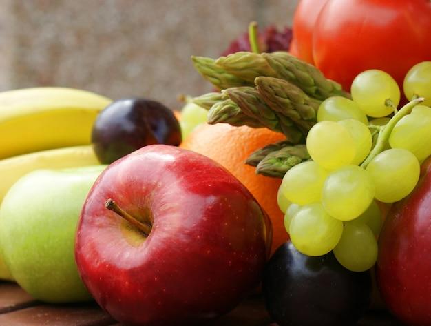 Primo piano immagine di frutta e verdura sana Foto Gratuite