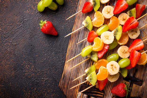 Fruit skewers Premium Photo