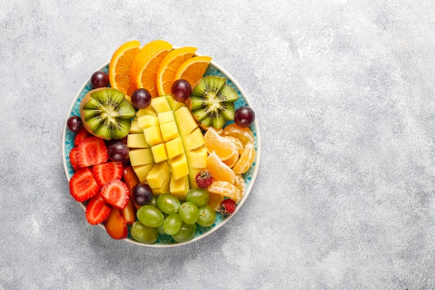 フルーツとベリーの盛り合わせ、ビーガン料理。 無料写真