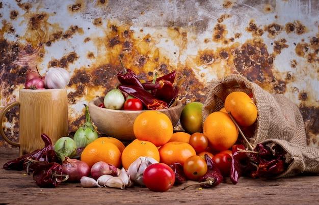 果物、野菜、古い、木製、テーブル Premium写真