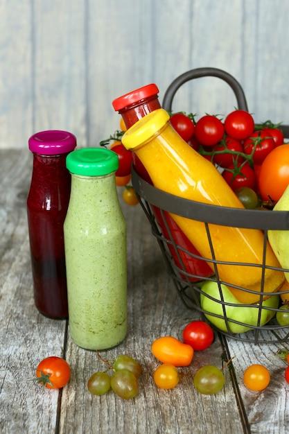 ヴィンテージの木製ボックスで果物と野菜のデトックスドリンク Premium写真