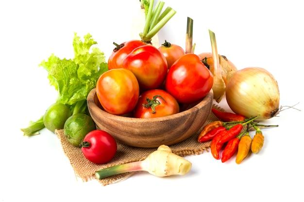 果物、野菜、木製、ボール、白、背景、トマト、レモン、唐辛子 Premium写真