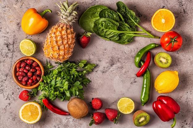 비타민 C가 풍부한 과일과 채소. 건강한 식생활. 평면도 프리미엄 사진