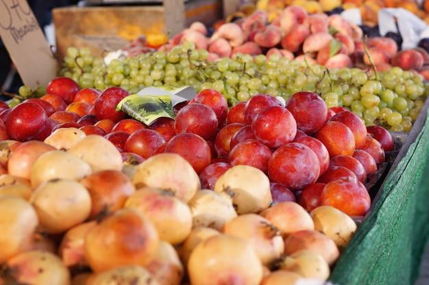 Фрукты и овощи разложены на прилавке на рынке Premium Фотографии