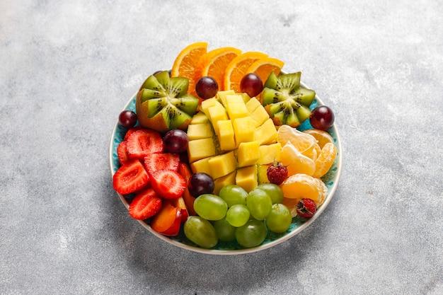 Piatto di frutta e bacche, cucina vegana. Foto Gratuite