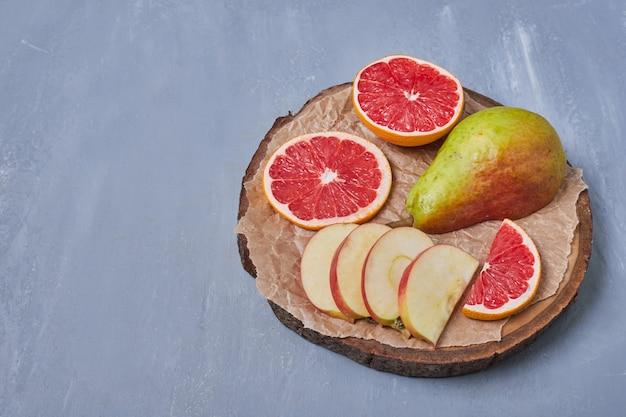 青の木板の果物 無料写真