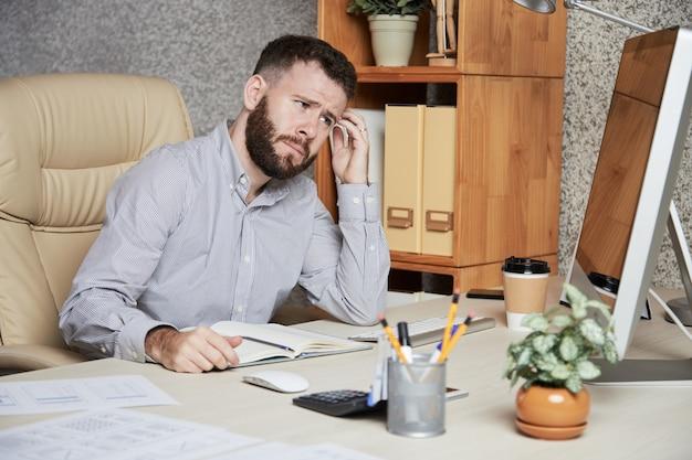 Uomo d'affari frustrato Foto Gratuite