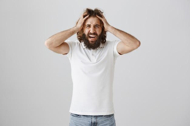 Ragazzo del medio oriente frustrato che grida e sembra angosciato Foto Gratuite