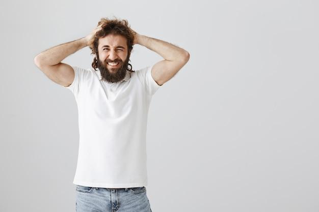 L'uomo del medio oriente frustrato e sconvolto getta i capelli e fa smorfie, ha problemi Foto Gratuite