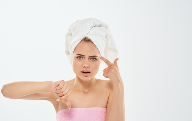 Разочарованная женщина жестикулирует руками и полотенцем на голове, обнажая плечи. Premium Фотографии