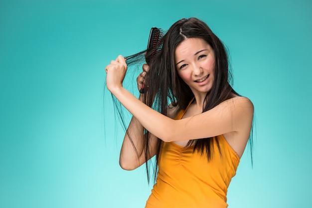 悪い髪の欲求不満な若い女 無料写真