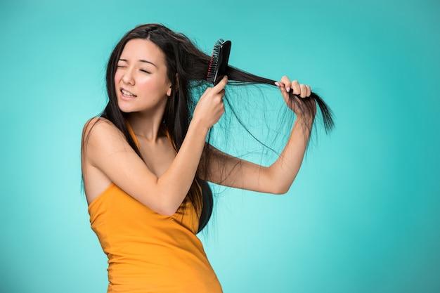 悪い髪を持つ欲求不満な若い女 無料写真