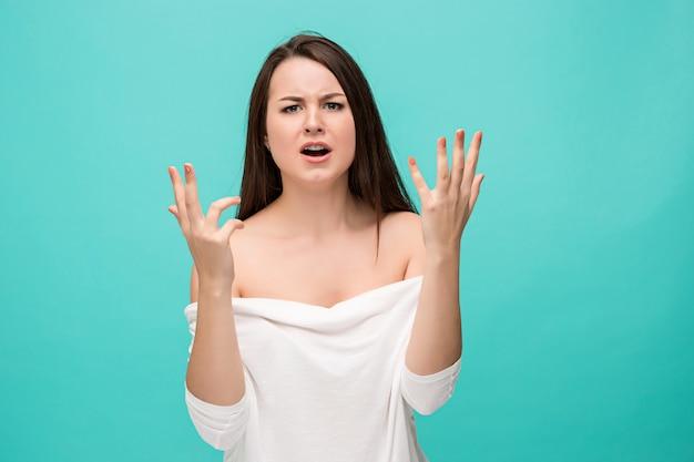 欲求不満な若い女が青でポーズ 無料写真