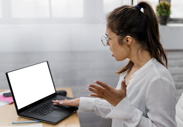 Разочарованная молодая женщина, работающая из дома Бесплатные Фотографии