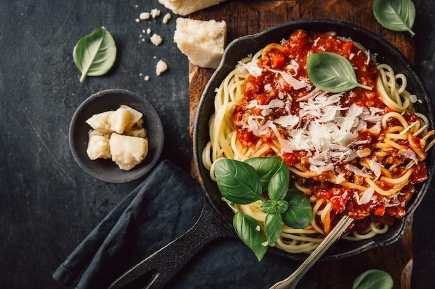 Frying pan with pasta Premium Photo