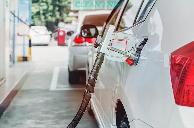 เติมเชื้อเพลิงรถยนต์ก๊าซธรรมชาติ (ngv) ที่สถานี Premium Photo