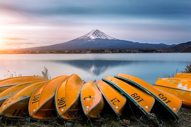 Гора фудзи и лодка на озере кавагутико, япония. Бесплатные Фотографии