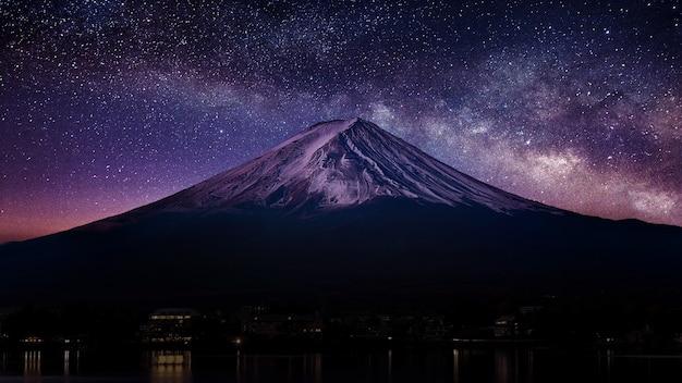 夜は天の川のある富士山。 無料写真