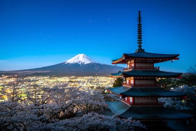 富士吉田、日本の忠霊塔と山春の富士は夕暮れの桜満開です。日本 Premium写真