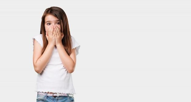 フルボディ少女は非常に怖いと恐れて、何かに絶望的で、苦しみと目を開いての叫び、狂気の概念 Premium写真