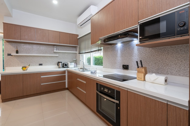 Full equipped western kitchen in modern home Premium Photo