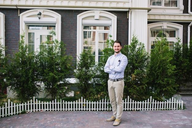 Foto a figura intera di bell'uomo d'affari nel quartiere britannico Foto Gratuite
