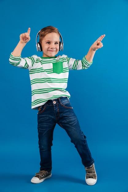 音楽を聞いて幸せな若い男の子の完全な長さの画像 無料写真