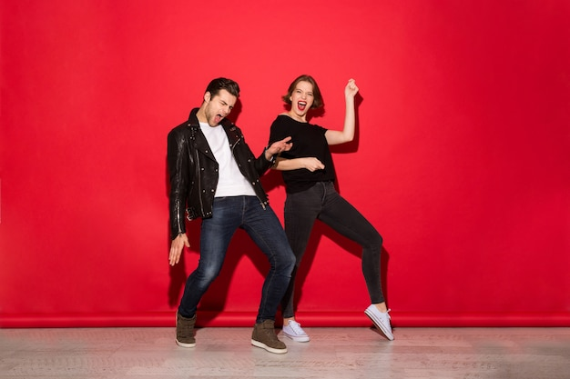 Полная длина образ игривая панк-пара танцует Бесплатные Фотографии