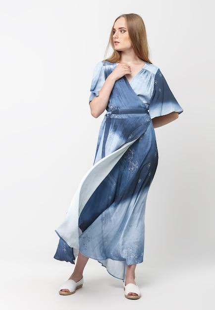 水色の夏のドレスを着た若いエレガントな女の子の全長 Premium写真