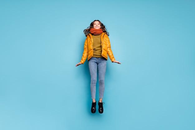 높은 점프 놀라운 귀여운 모델 아가씨의 전체 길이 즐길 수 프리미엄 사진