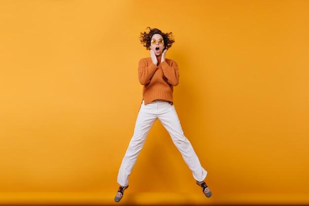 춤 흰 바지에 놀란 젊은 여자의 전체 길이 사진 무료 사진