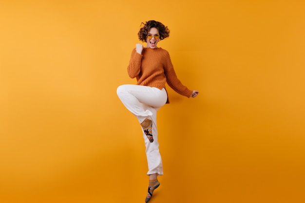 흥분으로 춤추는 우아한 유럽 여성 모델의 전신 사진 무료 사진