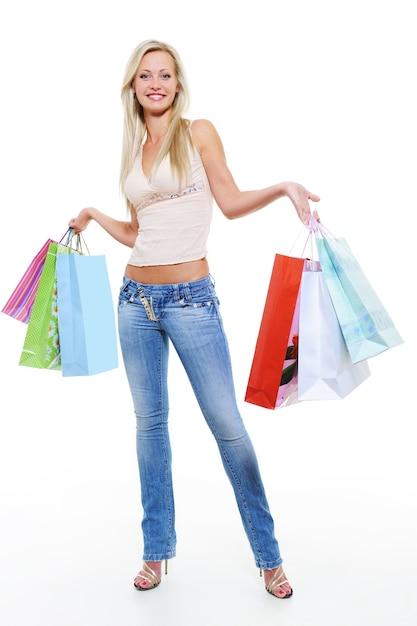 Ritratto a figura intera di una donna felice dopo lo shopping con gli acquisti Foto Gratuite