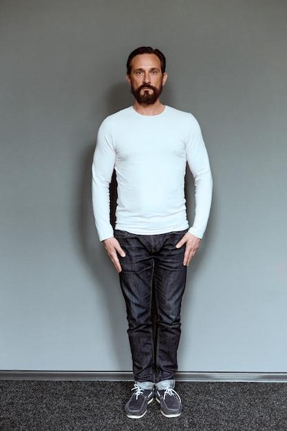 Full length portrait of mature man in casual clothes. Premium Photo