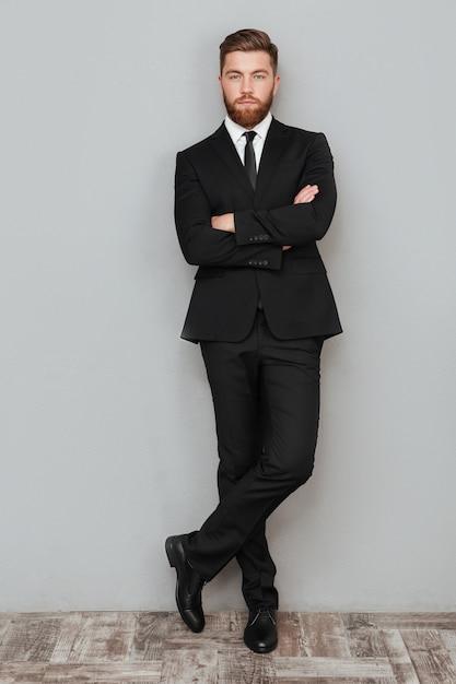 Полная длина портрет красивого успешного бизнесмена Бесплатные Фотографии